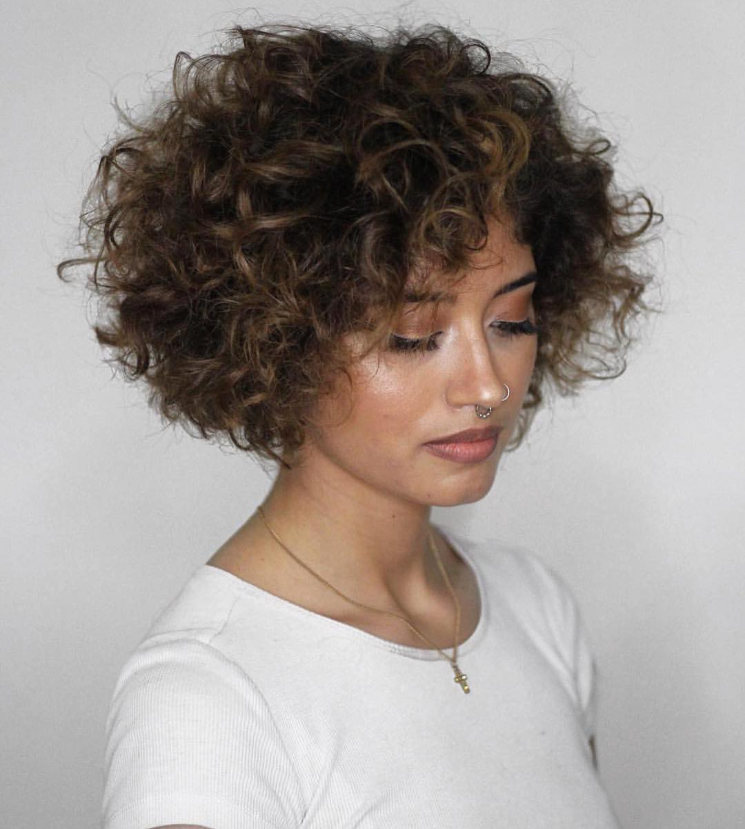 Taglio di capelli ricci sopra le spalle