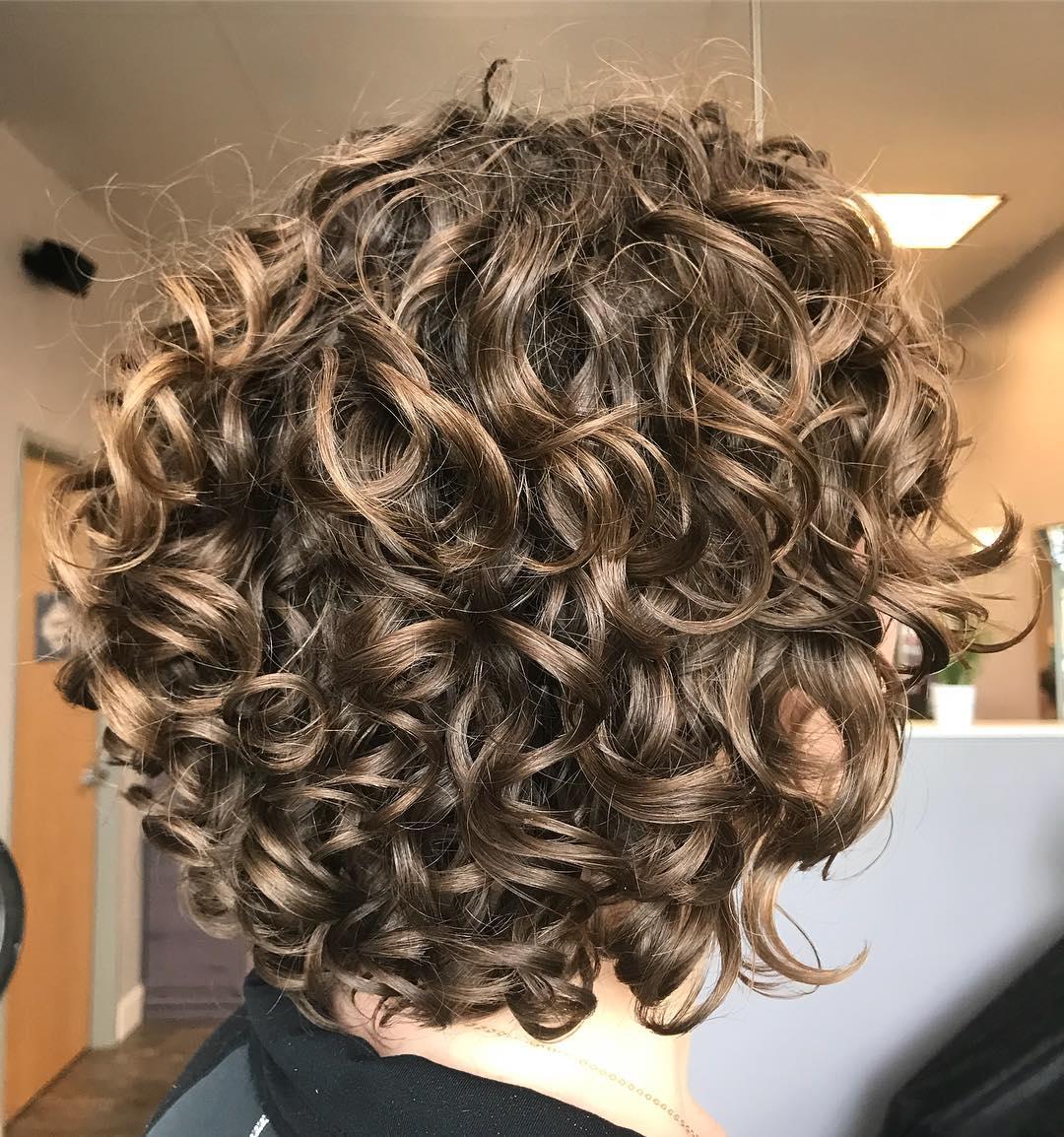 Taglio di capelli corto per ricci
