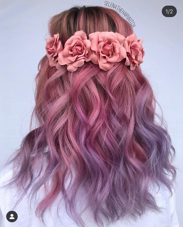 Capelli lunghi con balayage rosa e viola su base castana e accessorio floreale