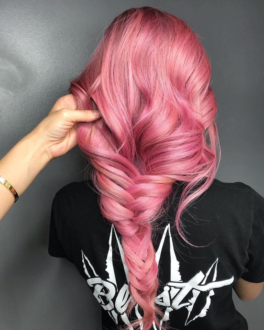 Capelli rosa con balayage con morbida treccia a spina di pesce