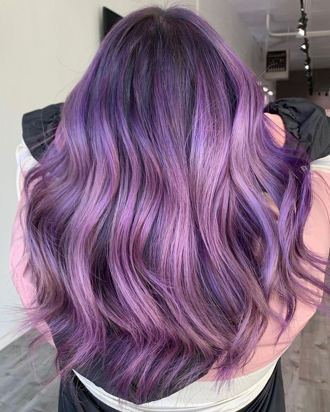 Capelli lunghi mossi con balayage viola melanzana