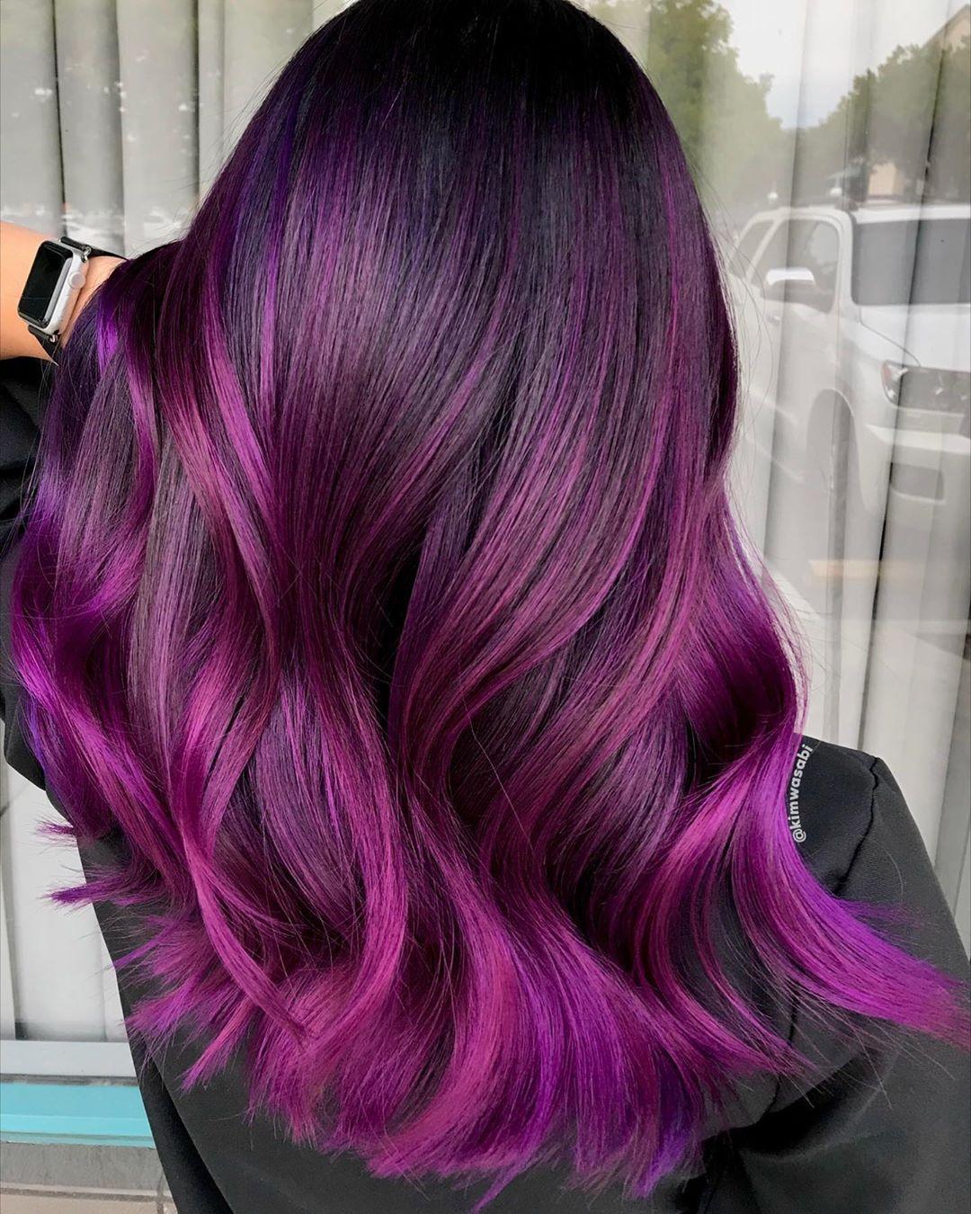 Capelli lunghi con balayage viola ultra luminoso