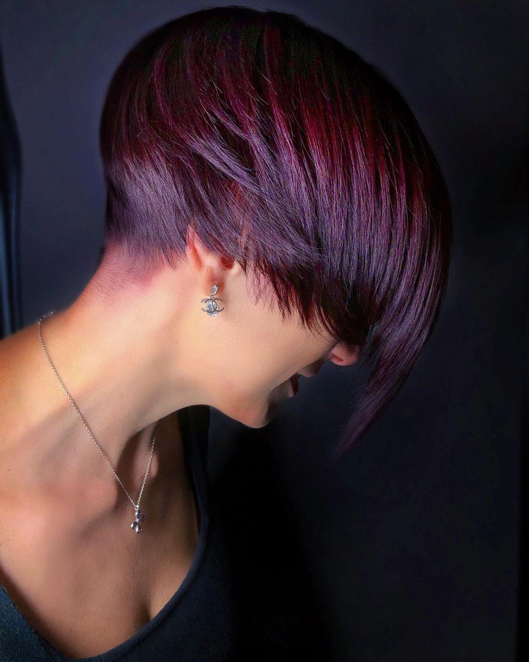 Pixie cut asimmetrico con balayage rosso violaceo