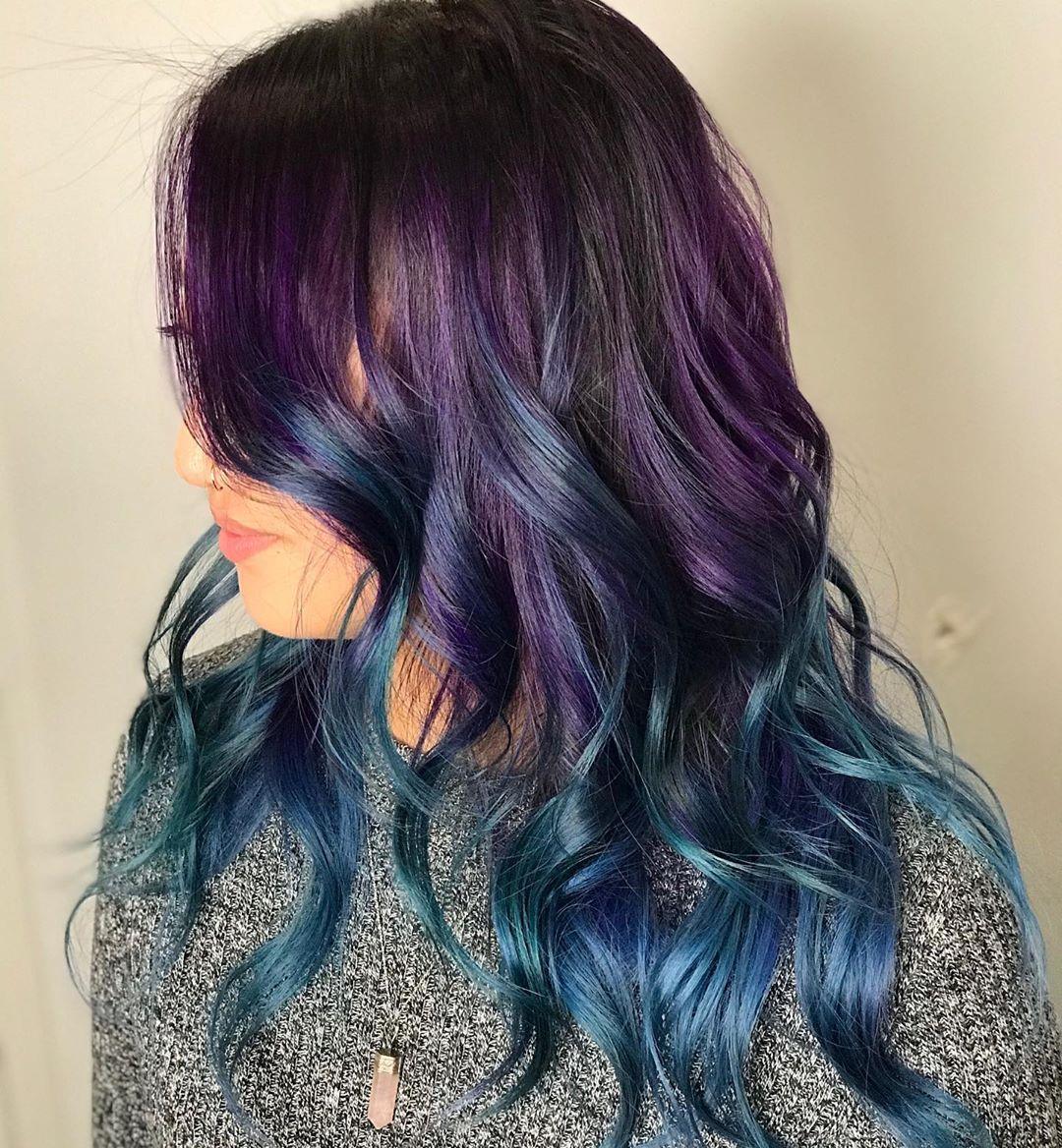 Lunga chioma di capelli mossi viola e blu
