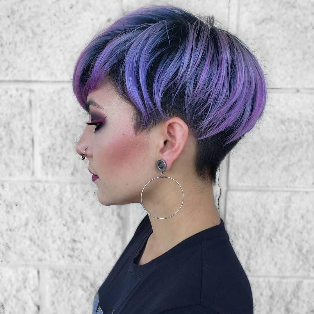 Taglio rasato con lunghezze viola
