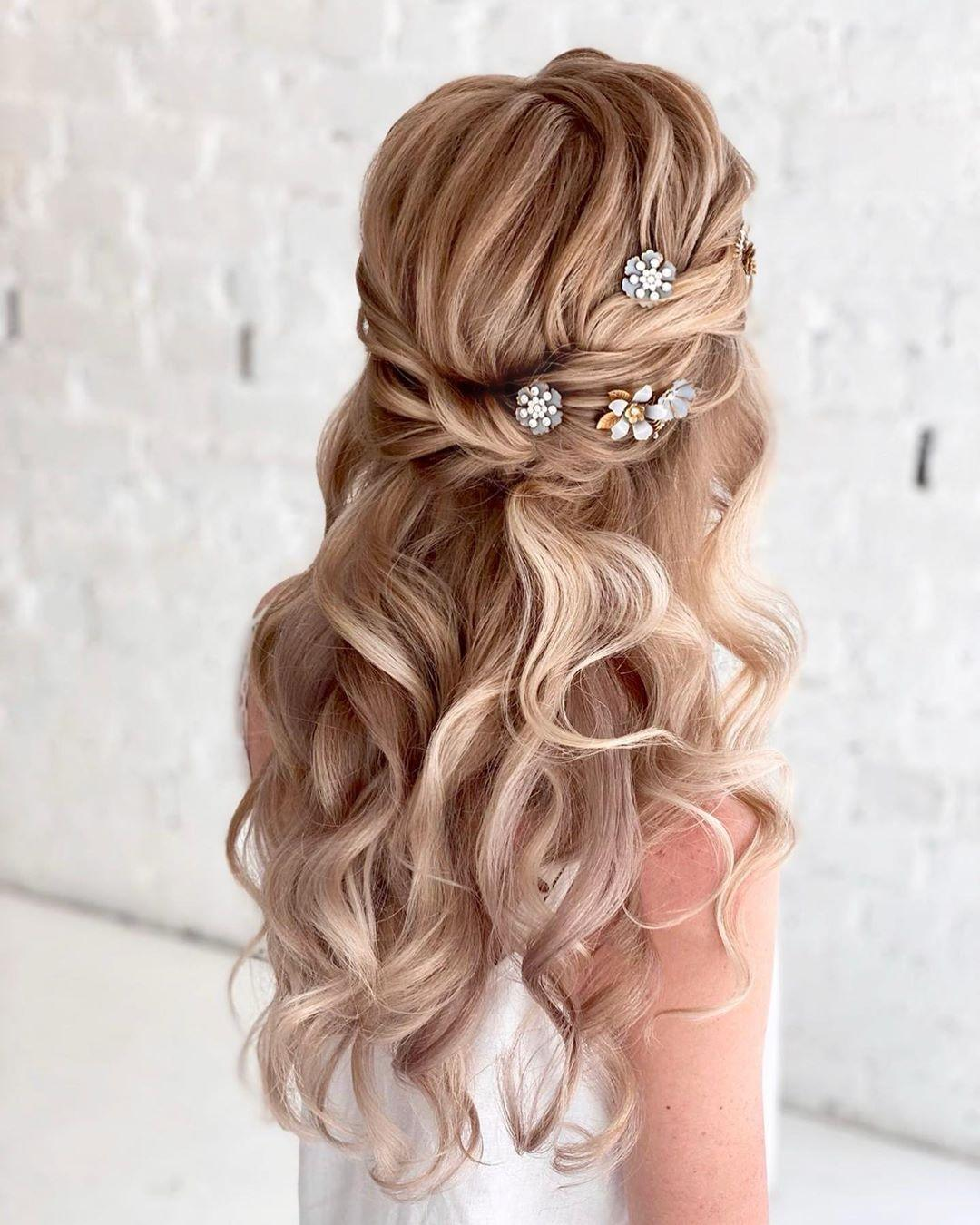 Acconciatura sposa per capelli sciolti con styling mosso