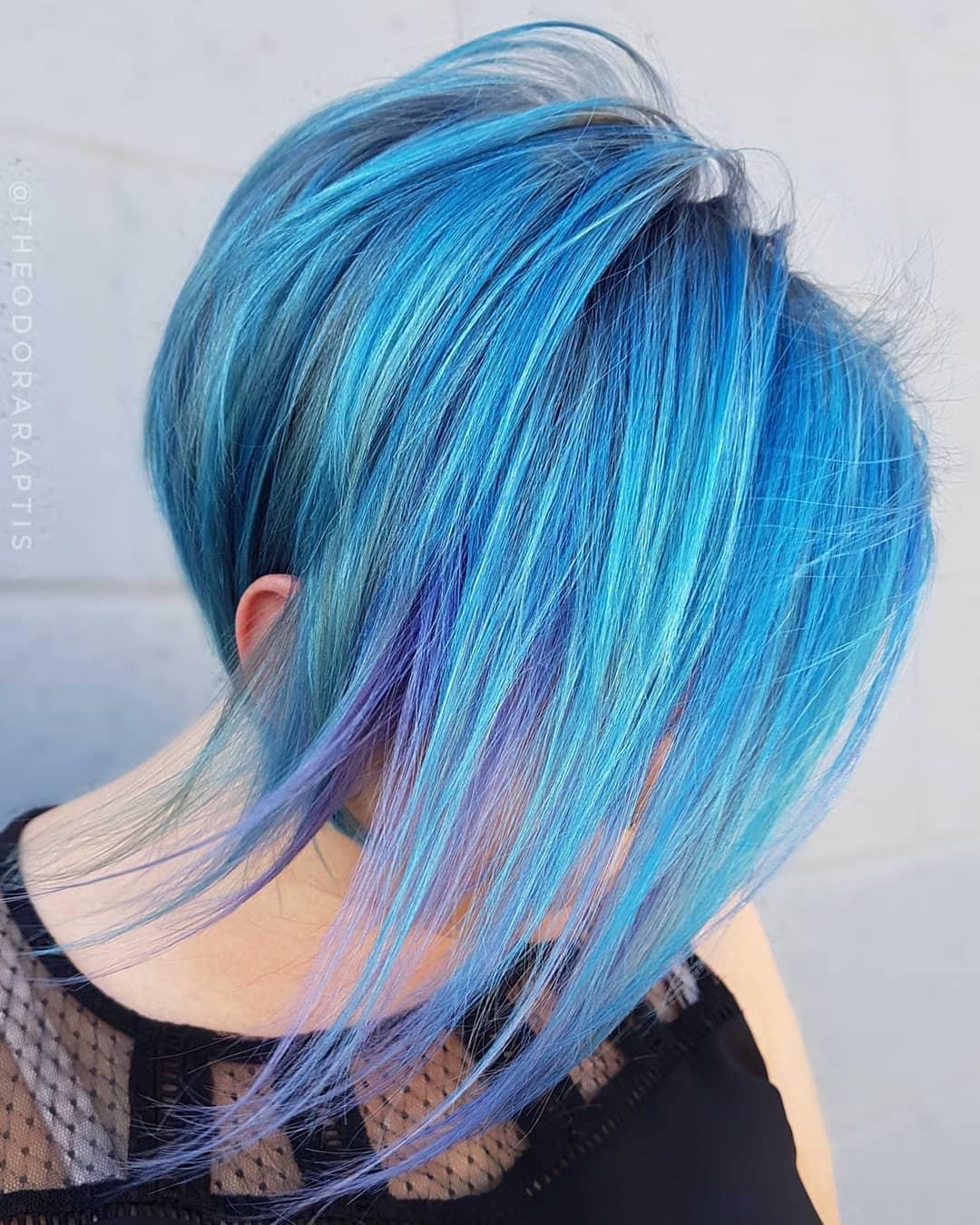 Azzurro, blu, viola sfumati, per una chioma che sembra appena uscita da una favola su pixie cut asimmetrico