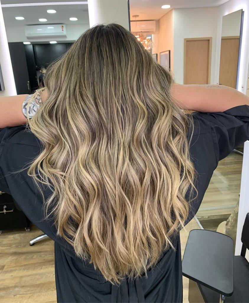 capelli-lunghi-mossi-e-ondulati-con-balayage-delicato