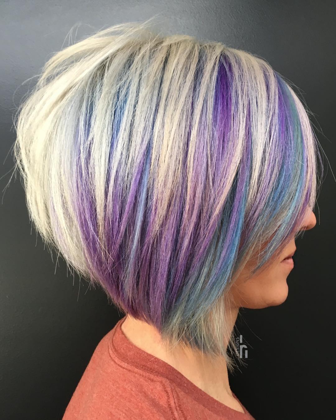Capelli corti colorati biondo, viola, blu