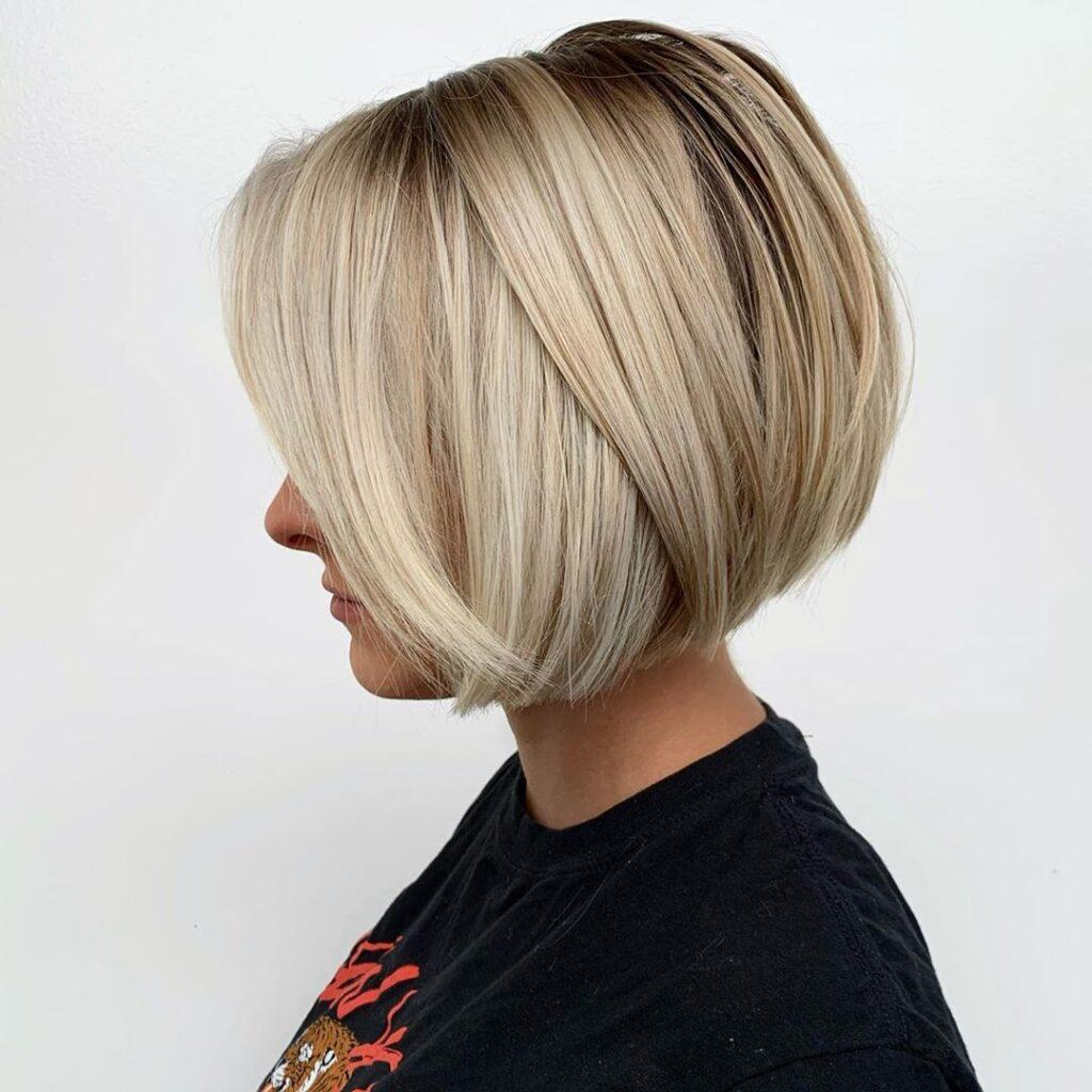 capelli biondi a caschetto