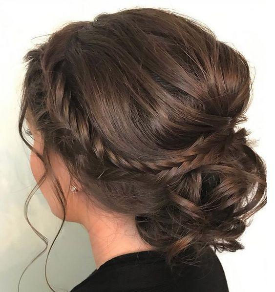 Acconciatura capelli raccolti con chignon basso e treccia sul lato