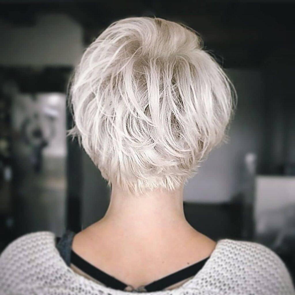 capelli corti e biondi