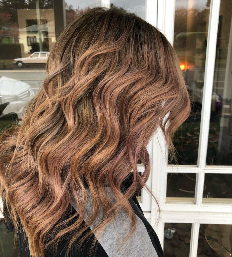 balayage nelle tonalità dell'autunno su capelli mossi di media lunghezza