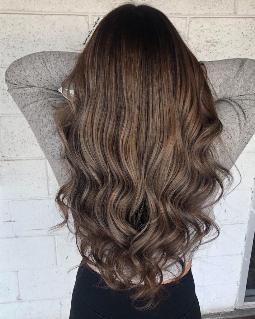 capelli lunghi, scalati e mossi con un leggero balayage caramello