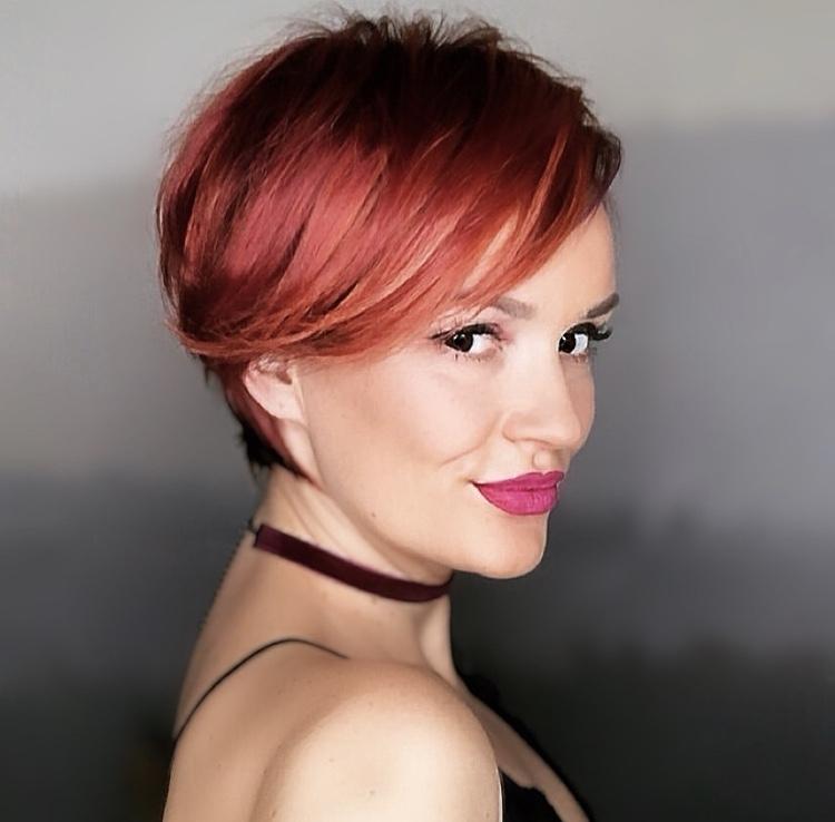 ombre hair rosso su pixie cut asimmetrico e versatile