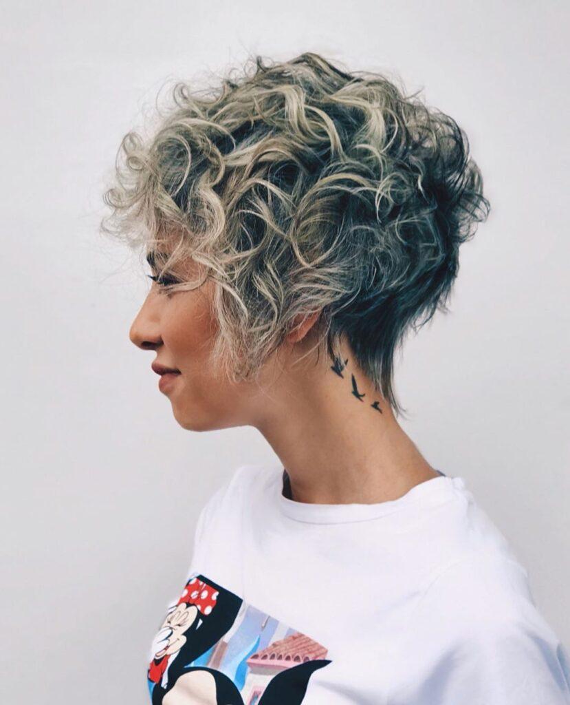 pixie cut su capelli ricci con balayage freddo