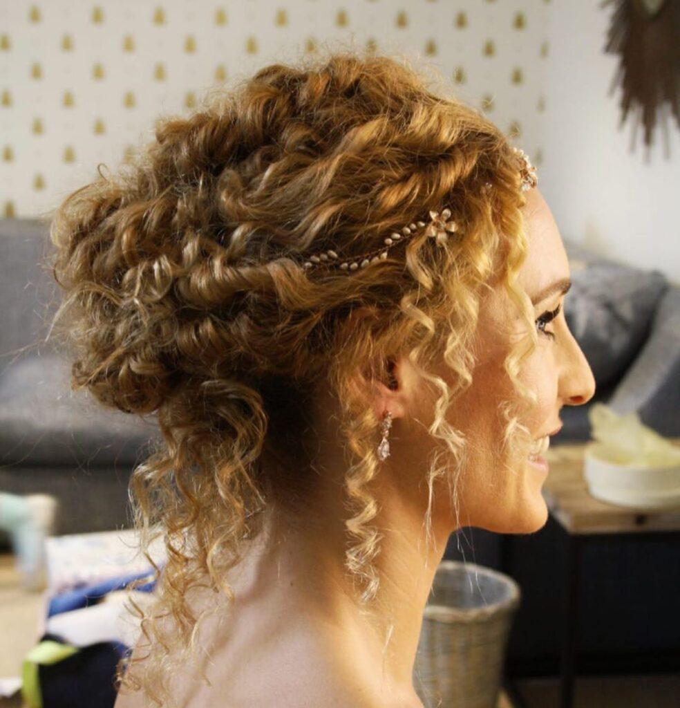 raccolto morbido per ricci naturali a cavatappo con accessori vintage, per una sposa chic
