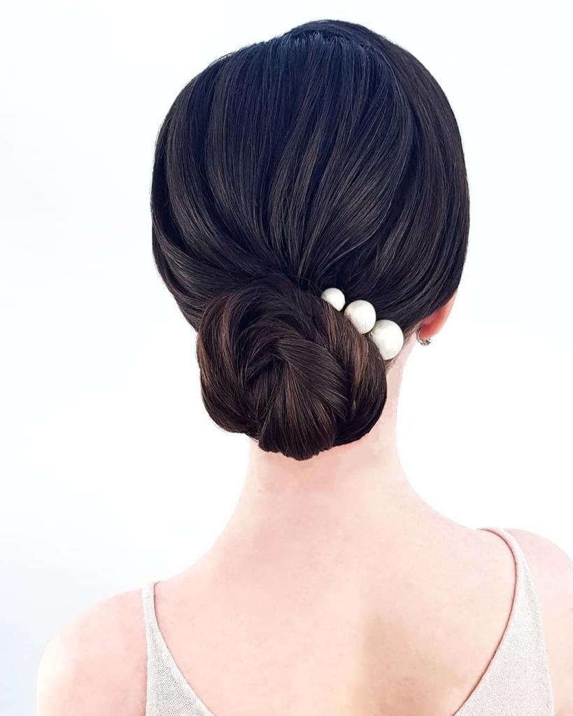 Chignon basso e rigoroso con perle