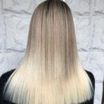 Shatush biondo su lunghi capelli con styling liscio estremo
