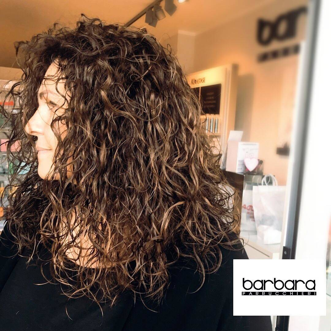 Permanente mossa su capelli color cioccolato con balayage