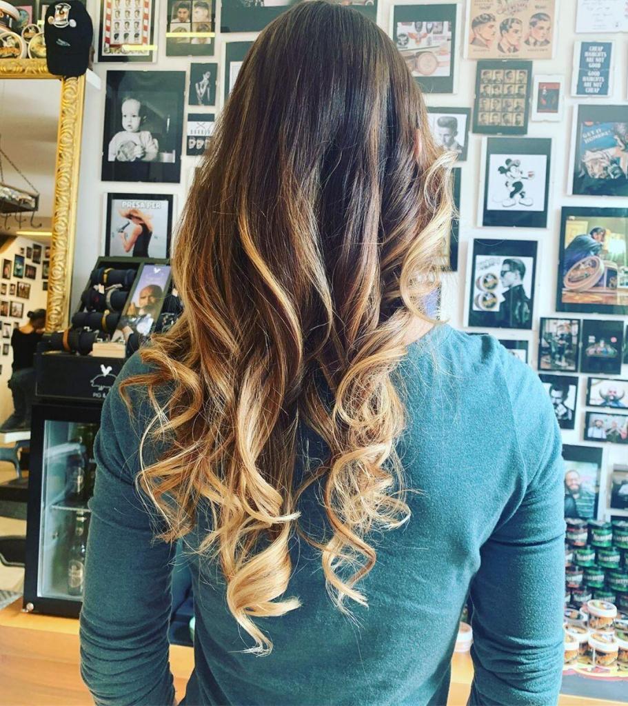 Chatouche biondo su capelli castani, lunghi e con styling mosso