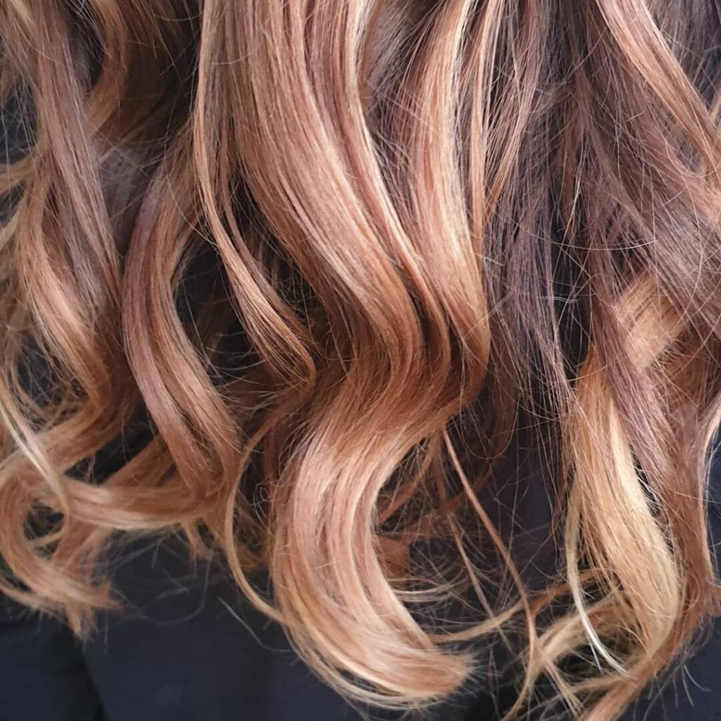 Chatouche sabbia e rosa dorato su capelli castani