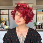 Taglio di capelli corto e mosso con colorazione rossa