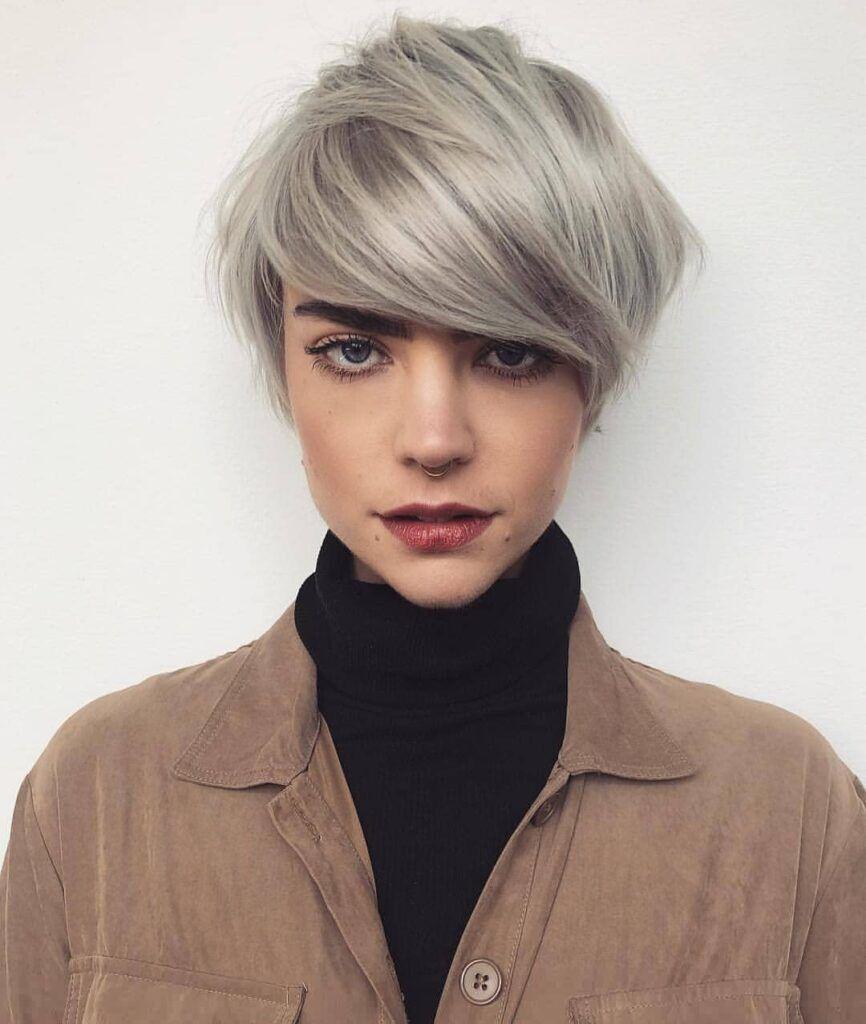 capelli-corti-con-lungo-ciuffo-laterale-biondo-cenere-quasi-grigio--866x1024